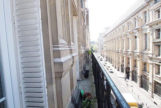 Terrasse exposée plein nord et vue sur rue