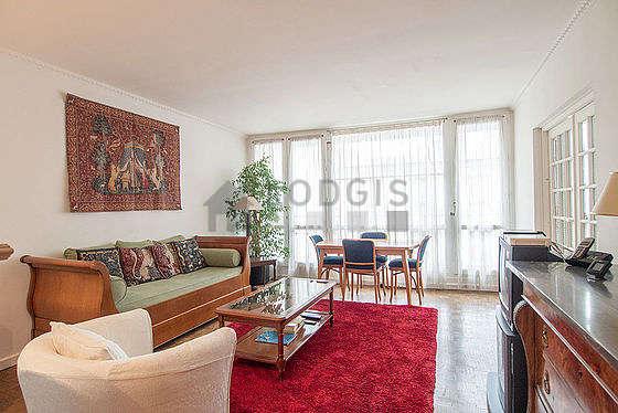 Séjour calme équipé de 1 lit(s) gigogne de 80cm, téléviseur, 1 fauteuil(s), 4 chaise(s)