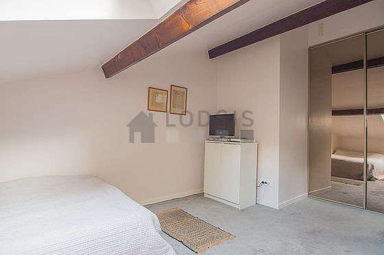 Bright bedroom equipped with tv, dvd player, 1 chair(s)