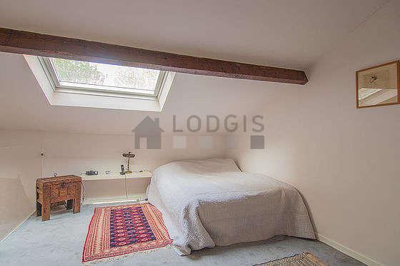 Chambre avec la moquette au sol