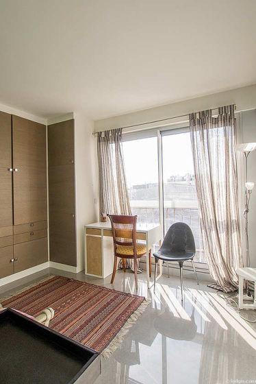 Chambre avec du marbre au sol