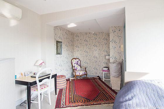 Chambre très lumineuse équipée de téléviseur, 1 chaise(s)