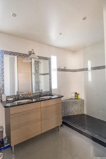 Agréable salle de bain très claire avec fenêtres et du marbre au sol