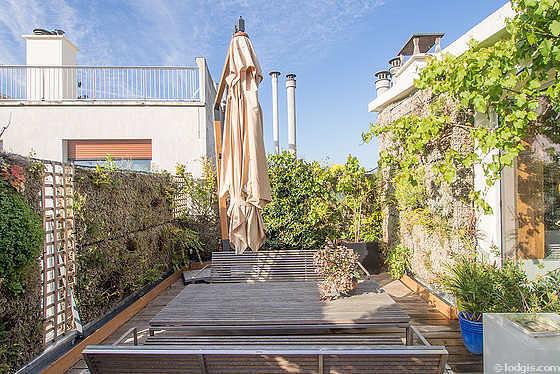 Terrasse très calme et très lumineuse avec du parquet au sol