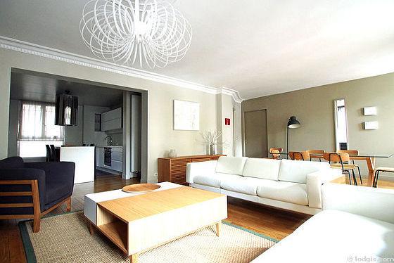 Grand salon de 32m² avec du parquet au sol