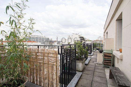 Terrasse très lumineuse avec du dallage au sol