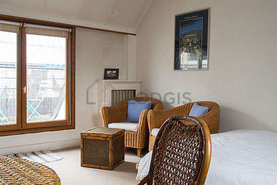 Bright living room furnished with 3 chair(s)