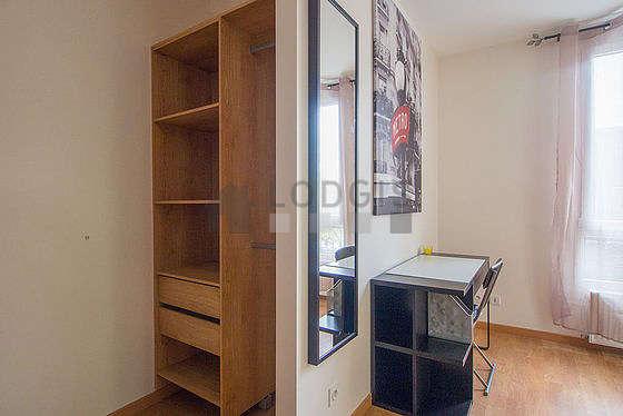 Séjour calme équipé de 1 canapé(s) lit(s) de 140cm, téléviseur, penderie, 1 chaise(s)
