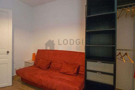 Séjour calme équipé de 1 canapé(s) lit(s) de 130cm, téléviseur, penderie, placard