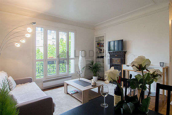 Large living room of 22m² with wooden floor