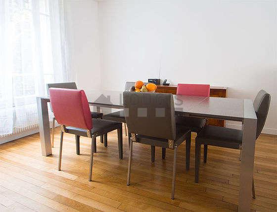 Salle à manger équipée de table à manger, buffet