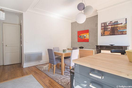 Belle salle à manger avec du parquet au sol pouvant accueillir jusqu'à 4 convives