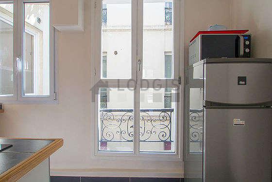 Cusine très lumineuse avec fenêtres double vitrage donnant sur cour