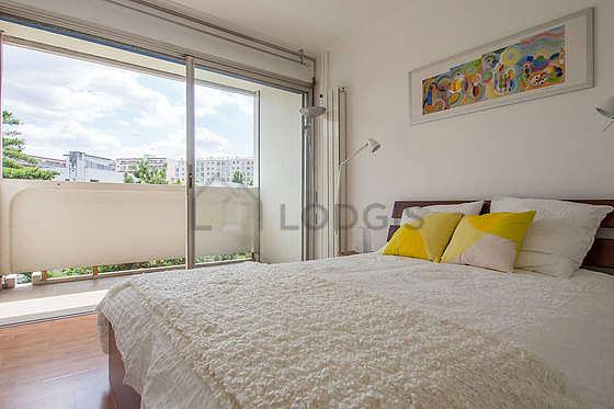 Chambre avec fenêtres et balcon donnant sur jardin