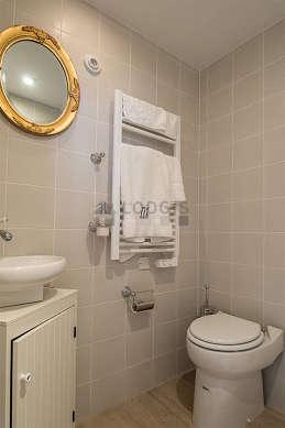 Salle de bain équipée de lave linge, sèche linge, serviettes de bain