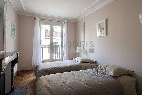 Chambre avec fenêtres double vitrage et balcon donnant sur rue