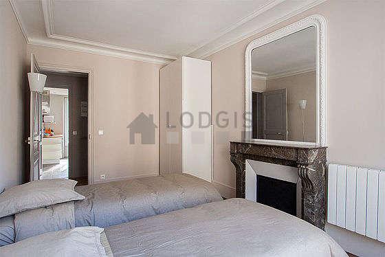Chambre lumineuse équipée de armoire, table de chevet