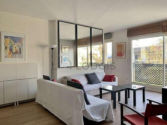 Séjour avec fenêtres double vitrage et balcon donnant sur cour