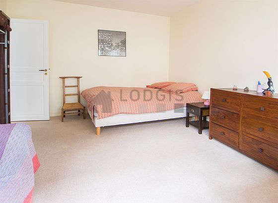 Chambre lumineuse équipée de canapé, 2 chaise(s)