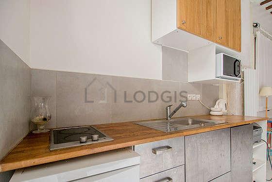 Cuisine équipée de lave vaisselle, plaques de cuisson, freezer, vaisselle