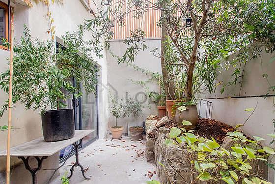 Terrasse lumineuse avec du dallage au sol