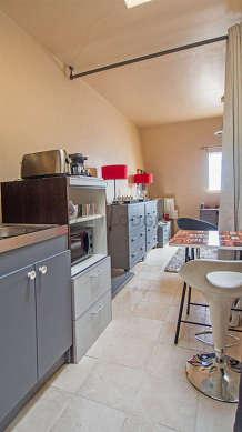 Cuisine équipée de plaques de cuisson, freezer, vaisselle