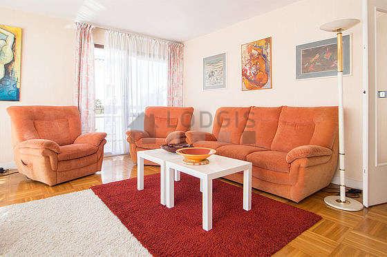 Séjour équipé de téléviseur, chaine hifi, 2 fauteuil(s), 4 chaise(s)