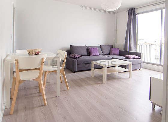 Séjour calme équipé de 1 canapé(s) lit(s) de 140cm, téléviseur, commode, 4 chaise(s)