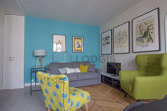 Séjour très calme équipé de 1 canapé(s) lit(s) de 140cm, téléviseur, 2 fauteuil(s), 4 chaise(s)