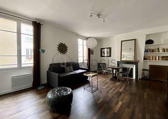 Séjour calme équipé de 1 canapé(s) lit(s) de 140cm, télé, 1 fauteuil(s), 3 chaise(s)