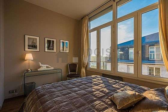 Chambre avec fenêtres double vitrage donnant sur jardin