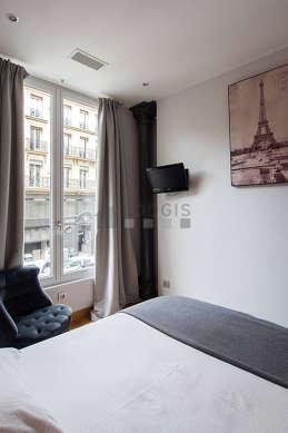 Chambre lumineuse équipée de air conditionné, téléviseur, 1 fauteuil(s), table de chevet