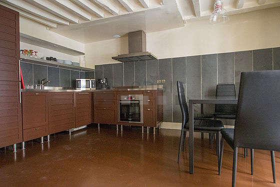 Belle cuisine de 14m² avec du béton au sol
