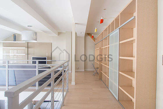 Belle bibliothèque très calme et très claire avec du parquet au sol