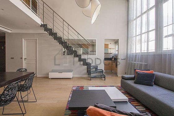 Séjour très calme équipé de canapé, table basse, penderie, placard