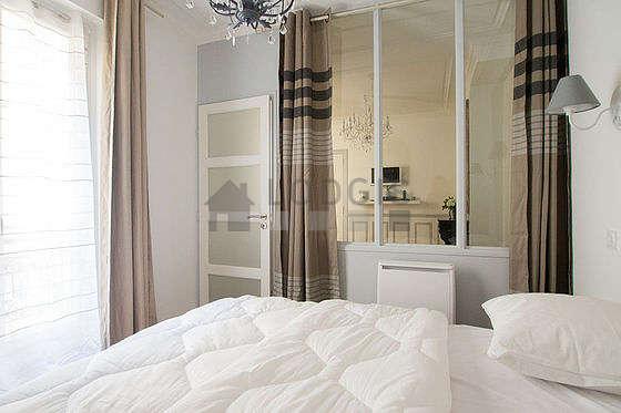 Chambre lumineuse équipée de penderie, placard, table de chevet