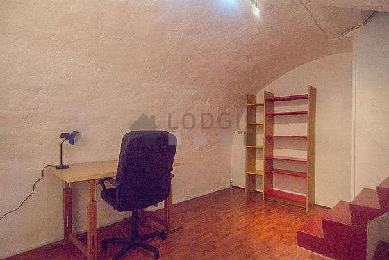 Bureau avec du carrelage au sol, équipé de bureau, penderie, etagère