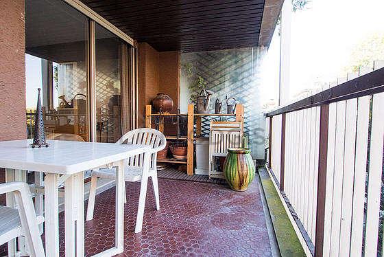 Terrasse équipée de canapé, etagère