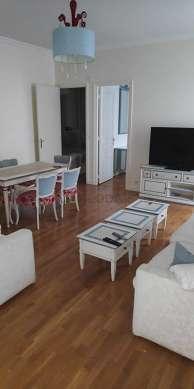 Séjour très calme équipé de 2 canapé(s) lit(s) de 180cm, téléviseur, 6 chaise(s)