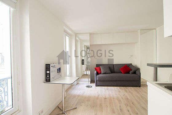 Séjour très calme équipé de 1 canapé(s) lit(s) de 140cm, table basse, placard, 2 chaise(s)