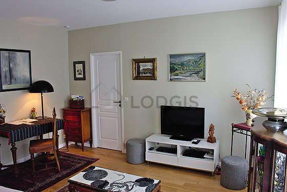 Séjour très calme équipé de 1 canapé(s) lit(s) de 140cm, téléviseur, lecteur de dvd, placard