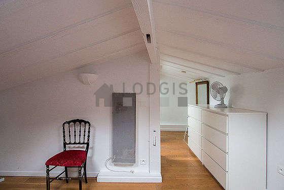 Chambre lumineuse équipée de téléviseur, chaine hifi, 1 chaise(s)