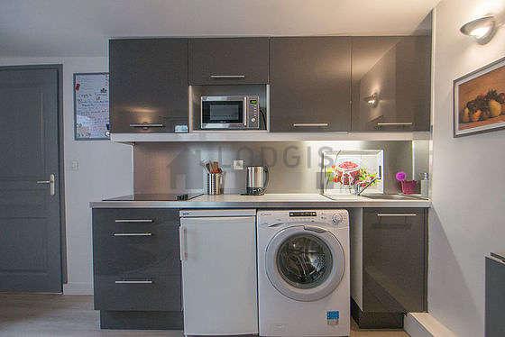 Cuisine équipée de lave linge, sèche linge, réfrigerateur, vaisselle
