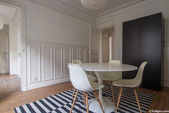 Salle à manger de 14m² équipée de table à manger, armoire, cheminée