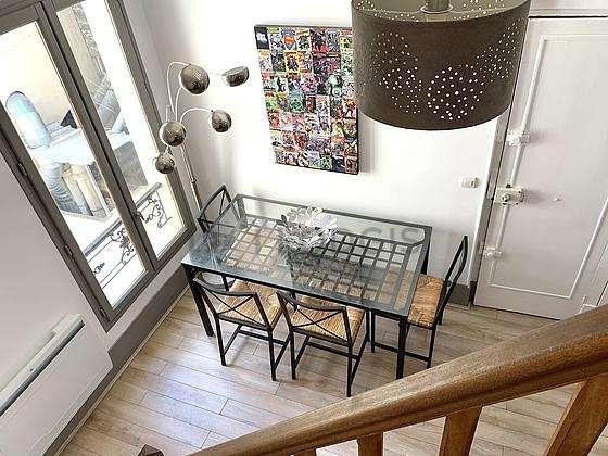 Séjour calme équipé de table à manger, placard, 4 chaise(s)