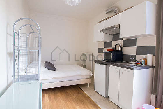 Quiet living room furnished with 1 bed(s) of 140cm, tv, wardrobe, 1 chair(s)