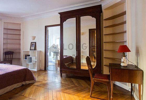 Chambre équipée de bureau, penderie, placard, 2 chaise(s)