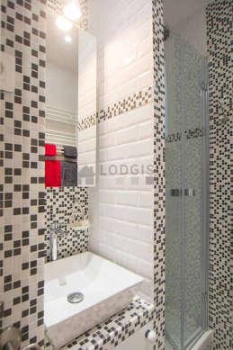 Belle salle de bain avec fenêtres et du parquet au sol