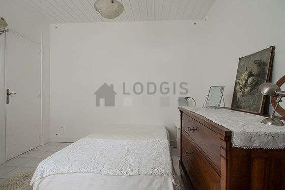 Bedroom of 10m² with tile floor