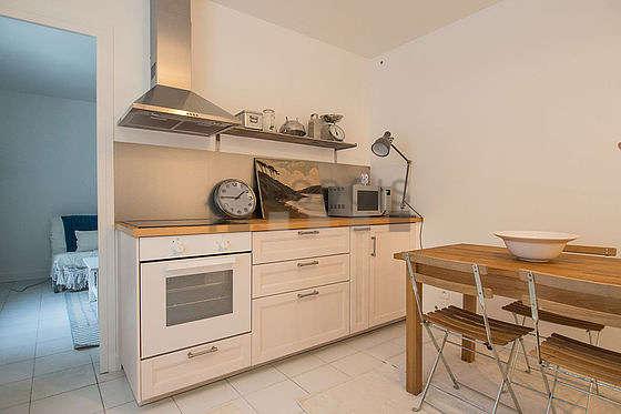Belle cuisine de 12m² avec du carrelage au sol